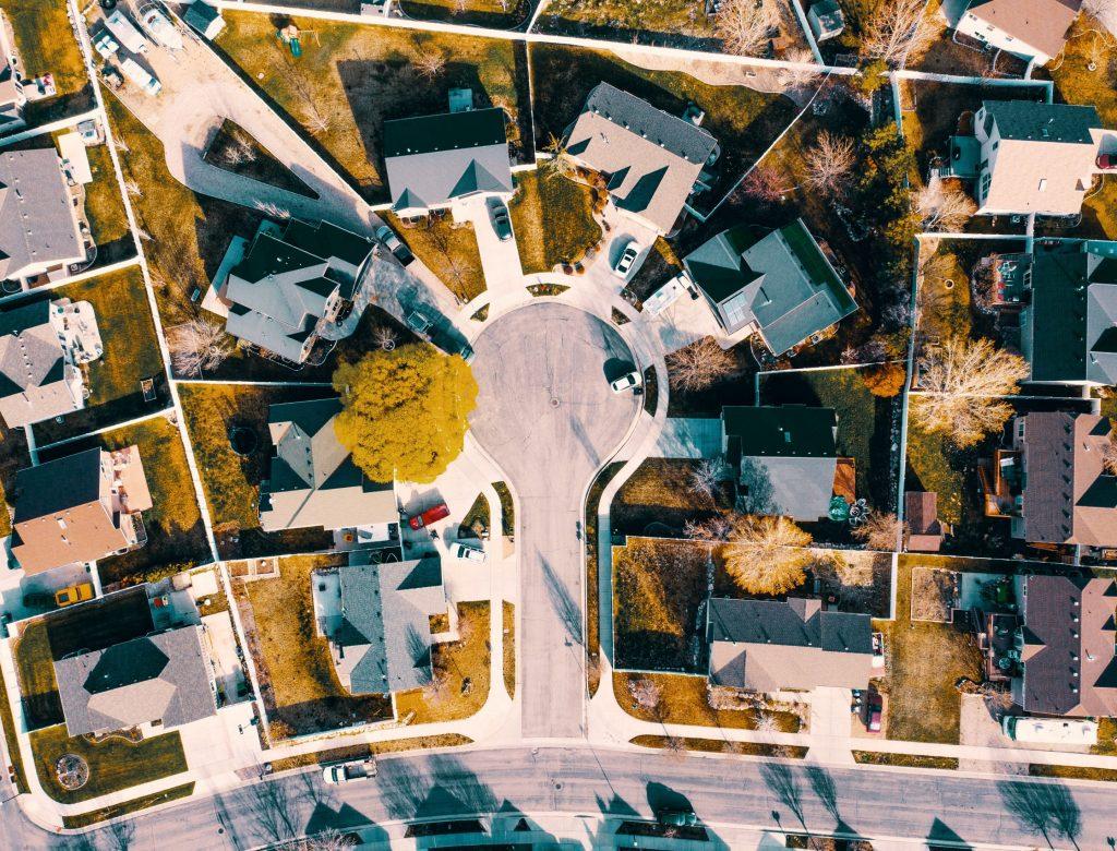 houses-near-road-2157404